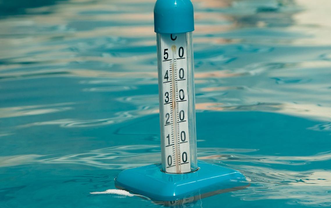 bazén a teploměr