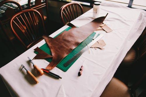kůže na stol